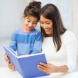 Mutter und Tochter mit Buch — Stockfoto