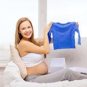 Lächelnd schwangere frau, die geschenkbox zu öffnen — Stockfoto