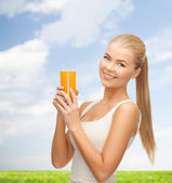 Woman holding glass of orange juice — Stockfoto