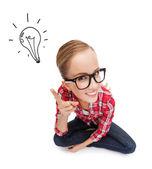 Leende tonåring i glasögon med finger upp — Stockfoto