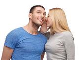 Namorada sorrindo dizendo namorado secreto — Foto Stock