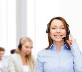 オフィスでフレンドリーな女性ヘルプライン演算子 — ストック写真