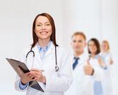 Pano ile gülümseyen kadın doktor — Stok fotoğraf