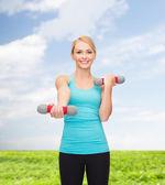 Giovane donna sportiva con manubri leggeri — Foto Stock