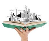 Cerca de la mano de la mujer con libro abierto — Foto de Stock