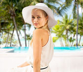 Aire libre verano disfrutar de hermosa mujer — Foto de Stock