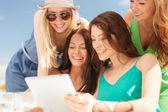 Chicas sonrientes mirando tablet pc en café — Foto de Stock