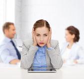Ler affärskvinna med tabletpc — Stockfoto