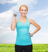 Mladá žena sportovní lehké činky — Stock fotografie