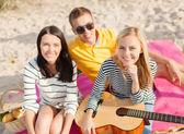 Plajda eğlenmek gitar ile arkadaş grubu — Stok fotoğraf