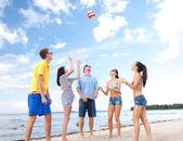 Plajda eğlenmek arkadaş grubu — Stok fotoğraf