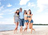 在海滩上玩友集团 — 图库照片