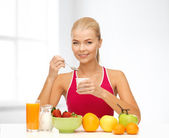 Young woman eating healthy breakfast — ストック写真