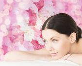 Donna sorridente nel salone spa — Foto Stock