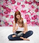 小女孩和平板电脑的幸福母亲 — 图库照片