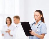 Grave femmina medico o l'infermiere con stetoscopio — Foto Stock