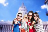 Ragazze adolescenti o giovani donne mostrando i pollici — Foto Stock