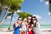 Las adolescentes o mujeres jóvenes mostrando los pulgares para arriba — Foto de Stock