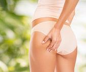 Kvinna i bomull underkläder visar bantning koncept — Stockfoto