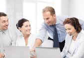 Grupp av personer som arbetar i callcenter — Stockfoto