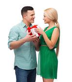 улыбаясь пара с подарочной коробке — Стоковое фото