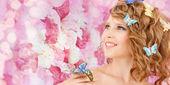 счастлива девочка-подросток с бабочками в волосах — Стоковое фото