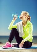 Açık havada spor yaptıktan sonra kadın içme suyu — Stok fotoğraf