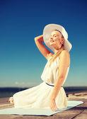 Schöne frau genießen sommer im freien — Stockfoto