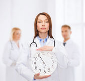 Doctora calma con reloj de pared — Foto de Stock
