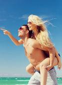 Par divirtiéndose en la playa — Foto de Stock