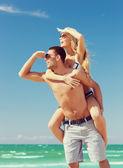 Paar, die spaß am strand — Stockfoto