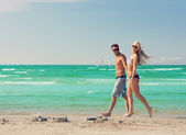 Couple walking on the beach — Stockfoto