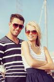 ポートで幸せな若いカップル — ストック写真
