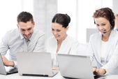 Grupo de personas que trabajan con computadoras portátiles en la oficina — Foto de Stock