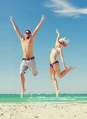 Par saltando en la playa — Foto de Stock