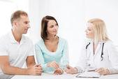 Arzt patienten pillen einzuräumen — Stockfoto