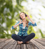 Young woman listeting to music with headphones — Stock Photo
