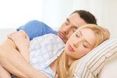 Улыбается счастливая пара спать дома — Стоковое фото