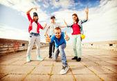 группа подростков танцы — Стоковое фото