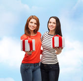 Two smiling teenage girls with presents — ストック写真