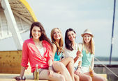 Girls with drinks on the beach — Stock fotografie