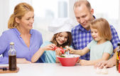Família feliz, com dois filhos a fazer o jantar em casa — Fotografia Stock