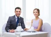Smiling couple at restaurant — Stockfoto