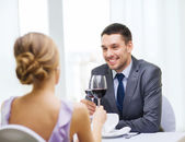 Giovane guardando fidanzata o moglie — Foto Stock