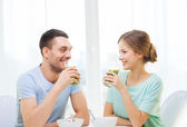 Smiling couple having breakfast at home — Foto Stock