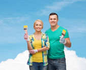 Smiling couple with paintbrush — Stok fotoğraf