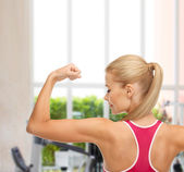 Sporty woman showing her biceps — Stockfoto