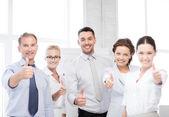 Zakelijke team duimen opdagen in office — Stockfoto
