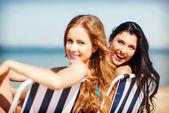 Plaj sandalyeleri üzerinde güneşlenme kızlar — Stok fotoğraf