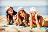 Chicas tomando el sol en la playa — Foto de Stock
